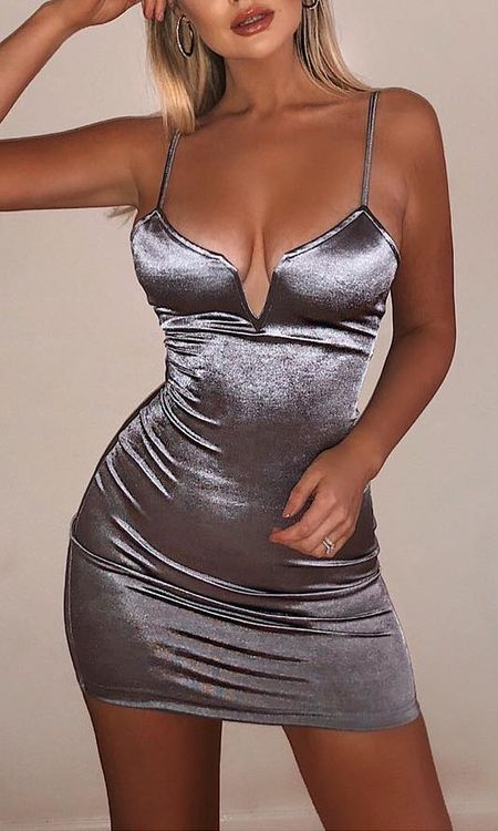 Silver grey satin bodycon mini dress | Looking for new year outfits ideas? Discover these 35+ New years outfits and new year clothes which are perfect as winter party outfits. party outfits ideas via higiggle.com outfit new year | party outfit night #fashion #style #outfits #party