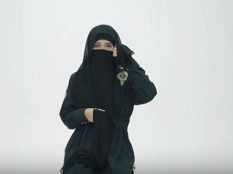 Tutorial Pakai Cadar untuk Perjalanan Haji Tutorial pakai cadar. Foto: Dok. Youtube HIJUP