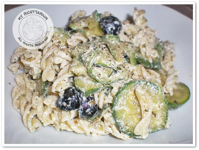 Fusilli freddi con zucchine, olive nere e formaggio spalmabile