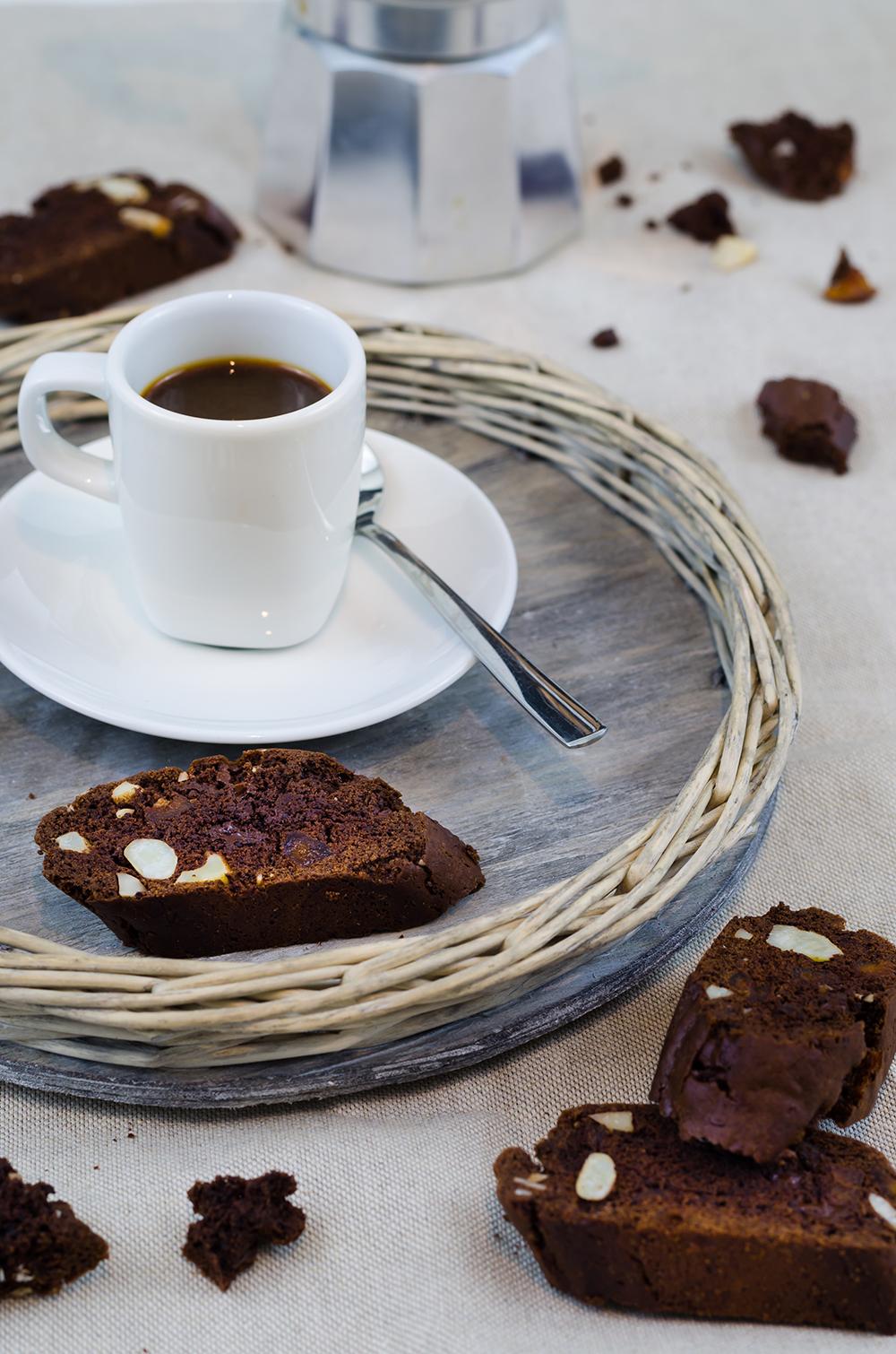 Schokoladen Cantuccini mit Paranüssen und getrockneten Aprikosen