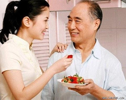 Tôi đã giải mã được bí ẩn về sự ưu ái của bố chồng giành cho chị dâu