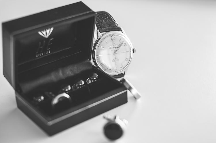 Męska biżuteria: zegarek, obrączka, spinki do mankietów, guziki do koszuli do smokingu