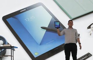 Ο Mark Notton, επικεφαλής της Samsung στην Ευρώπη, δείχνει το Galaxy Tab S3 κατά τη διάρκεια εκδήλωσης στο Mobile World Congress στη Βαρκελώνη στην Ισπανία, στις 26 του Φλεβάρη του 2017.