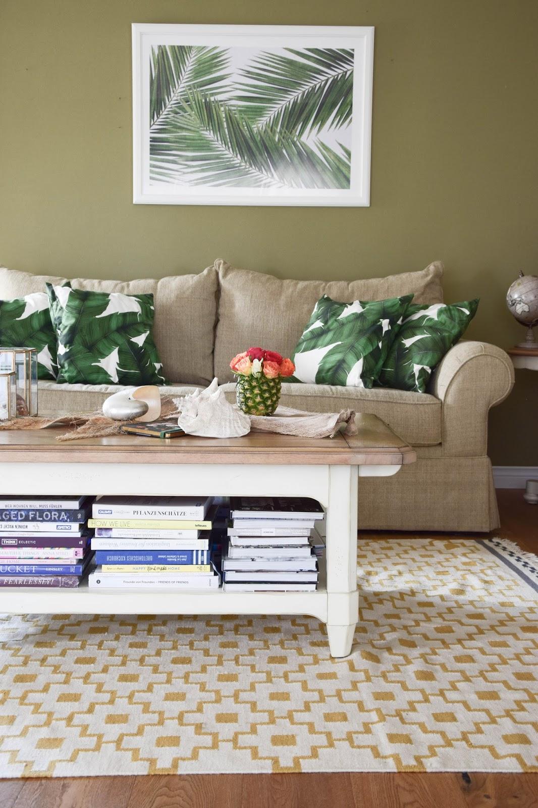 Sommer Deko fürs Wohnzimmer: Dekoideen, Tipps und mehr: Dekoration, Botanical Style, grün, sommerlich, Sommer, Sofa, Kissen