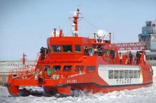Kapal Pemecah Es di Laut Okhotsk