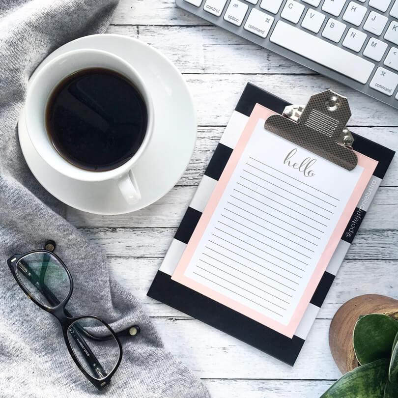 kawa, notes i klawiatura na tle białych desek