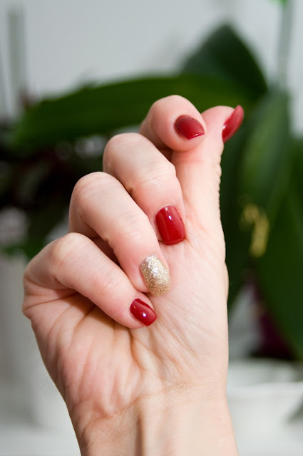 złoty akcent na paznokciach