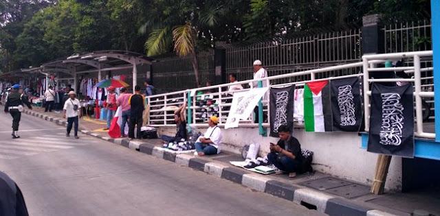 PKL Jajakan Bendera Tauhid Di Seputar Masjid Istiqlal