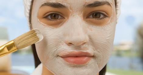 La máscara para la persona del limón y la miel que blanquea