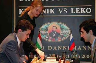 La mannequin russe jouera le premier coup de la 13ème partie du championnat du monde d'échecs 2004 entre Vladimir Kramnik et Peter Leko - Photo © Evgeny Atarov