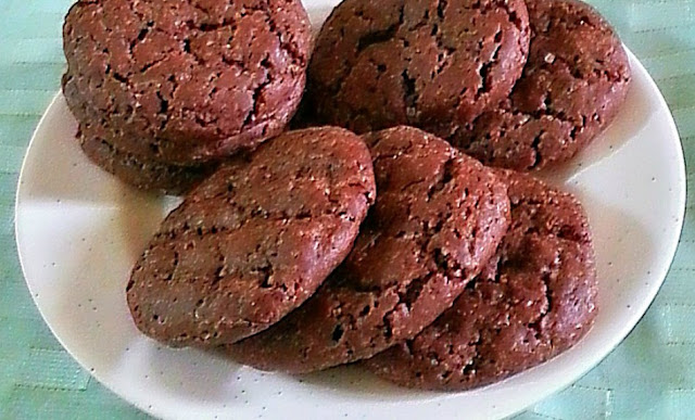 Crisp Chocolate Cookies Recipe @ treatntrick.blogspot,com