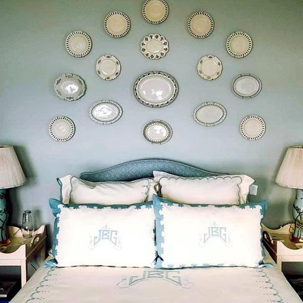 Interior kamar tidur backdrop piring pada rumah minimalis