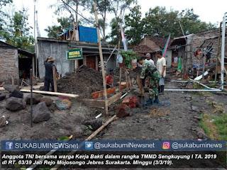 Anggota TNI bersama warga Kerja Bakti dalam rangka TMMD Sengkuyung I TA. 2019 di RT. 03/39 Jati Rejo Mojosongo Jebres Surakarta. Minggu (3/3/19)