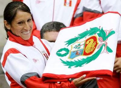 Gladys Tejeda con la bandera del Perú