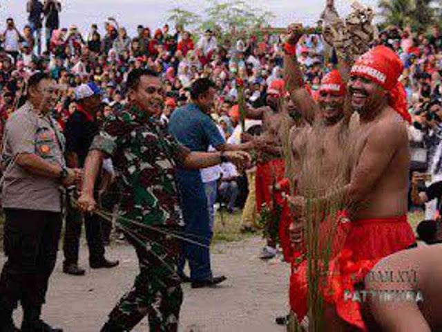 Pejabat Kodam Pattimura Hadiri Tradisi Acara Pukul Sapu di Mamala dan Morella