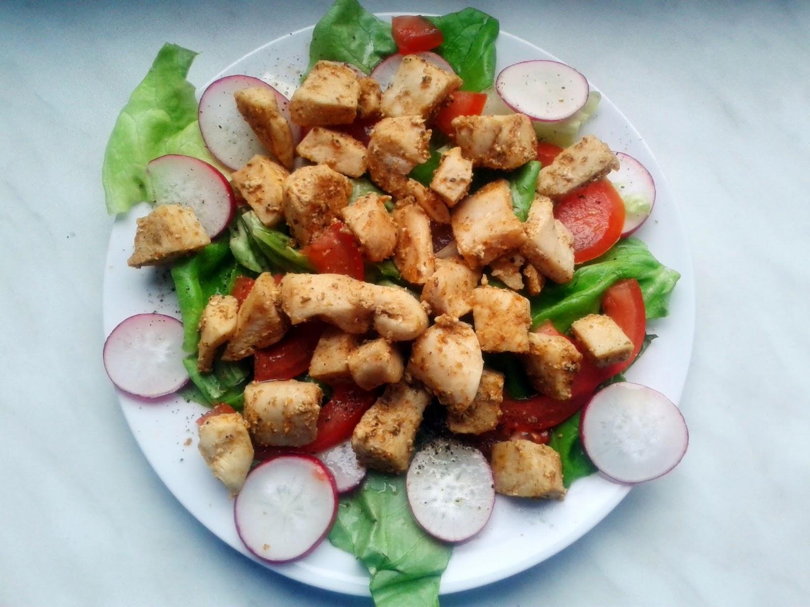 Kurczak z warzywami (sałata, rzodkiewka, papryka,pomidor)