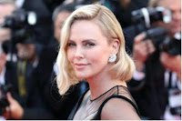 Charlize Theron è in cerca di un fidanzato: «Sono single e disponibile. Fatevi avanti»