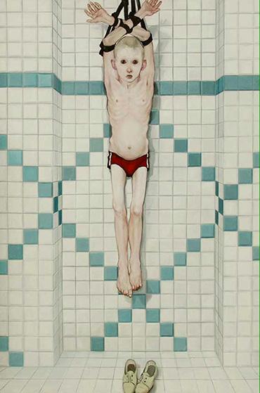 niño colgado de los brazos siendo torturado