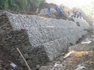 construction pages dinding penahan retaining wall