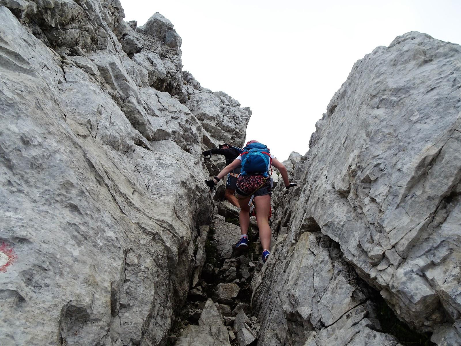 Klettersteig Julische Alpen : Junge mädchen die aussicht von einem höhepunkt in den julischen