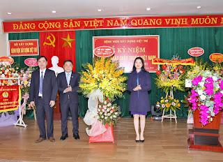 Lãnh đạo Bộ Xây dựng tặng hoa chúc mừng Bệnh viện