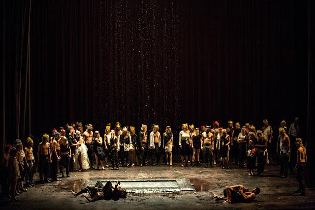 Verdi: Don Carlos - Opera de Lyon, chorus and dancers (Photo Jean Louis Fernandez)