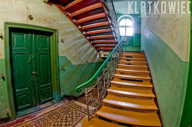 Będzin: stalowe schody na klatce schodowej