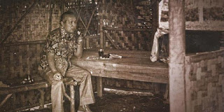 Soeharto duduk di gubug pedesaan tanpa adanya pengamanan