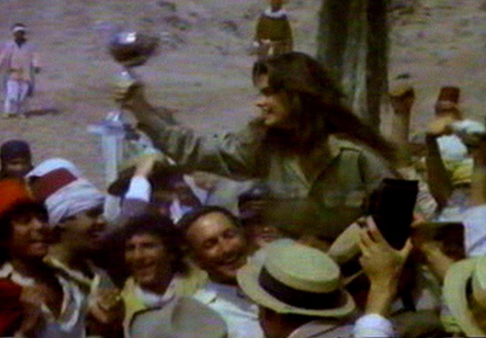 """Montenegro (de chapéu laranja, no canto esquerdo da foto) e a atriz Brooke Shields ao centro, em cena do filme """"Sahara"""" (1983). Foto: acervo Montenegro"""