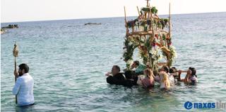 Επιτάφιος στο Καστράκι Νάξου: Μέσα στη θάλασσα η περιφορά – Δείτε φωτογραφίες και βίντεο