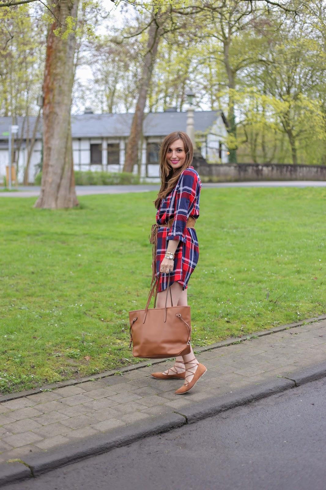 My Colloseum- Fashionblogger Outdoor - Was ziehe ich zum wandern an - Wanderoutfit -Decathlon - Hut - Blogger mit Hut - Karokleid