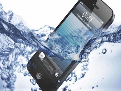 أربع خطوات لإنقاذ هاتفك عند وقوعه في الماء