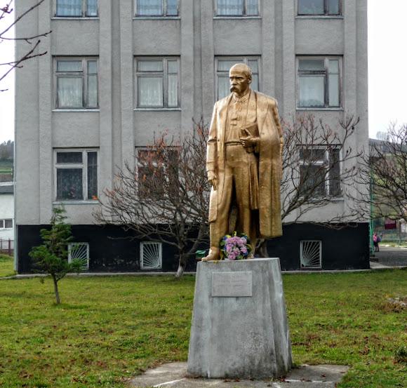Горные сёла Закарпатья: Плоское. Памятник Шевченко
