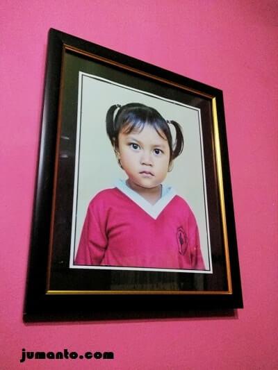 foto Alya di ruang tamu