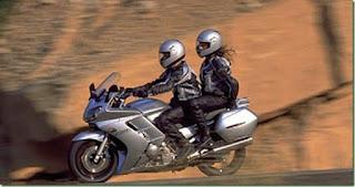 cara memeluk pria saat naik motor yan glagi ada masalah