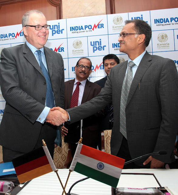 Klaus Schafer, CEO Uniper with Mr Hemant Kanoria, Chairman of IPCL signing the JV between Uniper and IPCL at a press conference in New Delhi