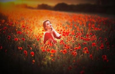 belle femme romantique dans champs fleuris
