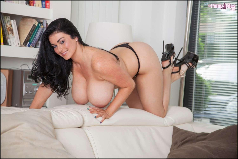 foto bugil cewek bule semok toket gede lagi pose seksi di sofa. Model hot dewasa lagi foto telanjang pamer payudara super gede