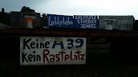 A39 Protestwagen - Strassenmeisterei hängt Schilder wieder auf
