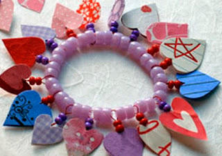 http://www.manualidadeson.com/pulseras-de-corazones-para-san-valentin.html