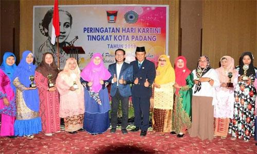 Perempuan Inspiratif dan Perempuan Tangguh Anugerahkan Penghargaan oleh Pemko Padang