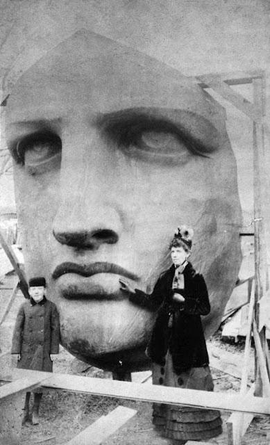 Estatua de la Libertad llegando a New York, foto tomada el 28 de octubre de 1886. Fotos insólitas que se han tomado. Fotos curiosas.
