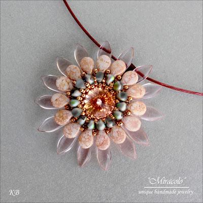 wisiorek z daggerami i koralikami pip, pip beads pendant