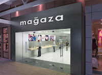 Küçük ve modern bir teknoloji mağazası girişi