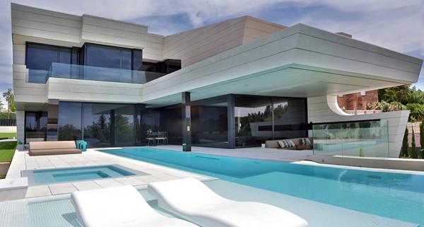 Rumah Balkon Modern dengan Sentuhan Futuristik Rumah Balkon Modern dengan Sentuhan Futuristik