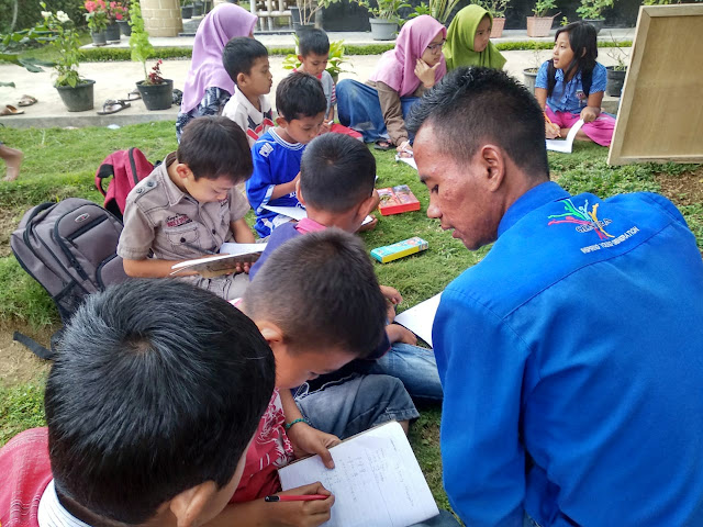 Gentira Ajak Anak-Anak Belajar Matematika Dan Belaja BahasaInggris Diluar Ruangan