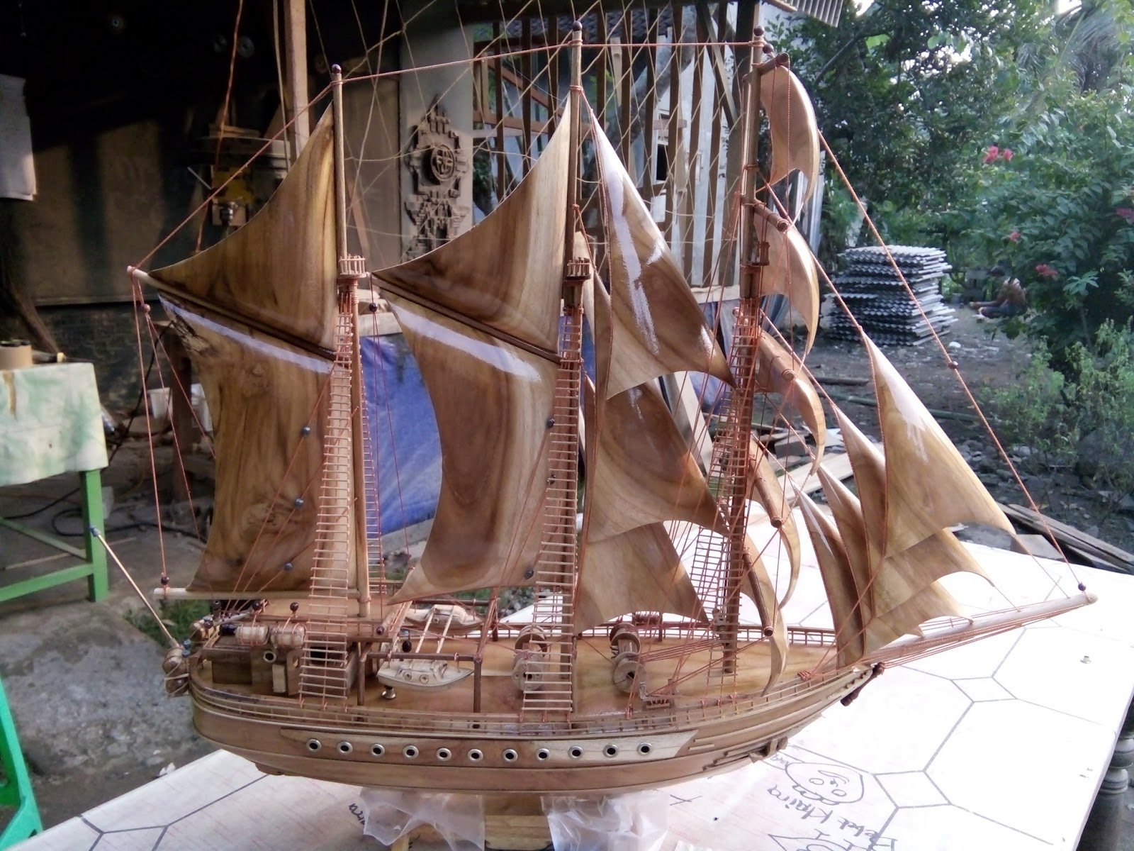 Pengrajin Miniatur Kapal Layar   Pinisi   Dewaruci ...