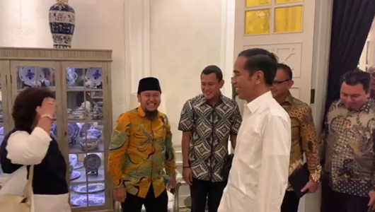 Viral Video TKN 01 Adian Napitupulu dkk Sikap Hormat dan Sapa Jokowi: Siap Presiden