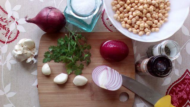 Ingredientes necesarios para preparar falafel o bolas de garbanzo fritas
