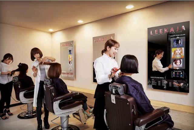 سامسونج تطلق أول مرآة ذكية في صالون لتصفيف الشعر